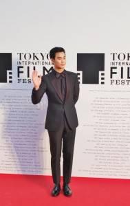 拿下「2014東京國際戲劇節」最佳亞洲演員大獎的韓國男星金秀賢受邀走紅毯