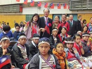 駐日代表沈斯淳(後排站者,左2)和奎輝國小泰雅樂舞團師生合影
