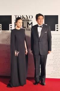 星光大道壓軸為日本首相安倍晉三(右)與影展代言人中谷美紀一同登場