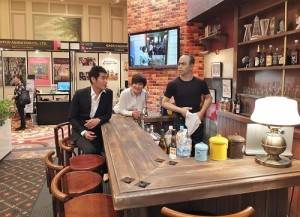 藍正龍和徐譽庭到東京國際影視展現場時,忍不住到富士電視台攤位上,在電視劇《HERO》的酒吧設計布景前拍照