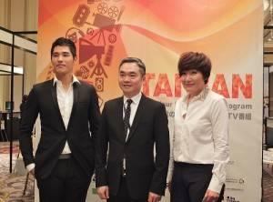 左起為:藍正龍、台北市影音節目製作商業同業公會理事長楊繼昌和編劇徐譽庭,一起在台灣攤位前合影