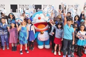 今年推出3D版電影的哆啦A夢和80位小朋友走上東京國際影展的星光大道