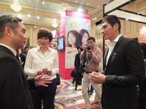 台北市影音節目製作商業同業公會理事長楊繼昌(左1)在攤位上迎接藍正龍和徐譽庭造訪