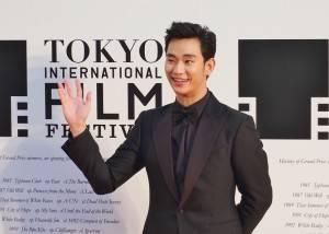 因為韓劇《來自星星的你》紅遍台、港及中國等地的韓星金秀賢,微笑向日本影迷打招呼