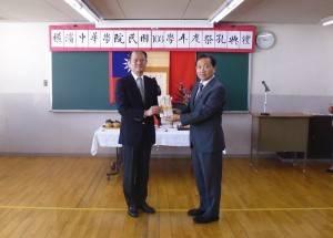 駐橫濱辦事處處長粘信士代表駐日代表沈斯淳及駐處致贈禮券給橫濱中華學院
