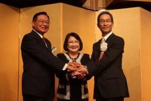 固い握手を交わすスター銀の江丙坤会長、CTBC元会長辜濂松夫人の林瑞慧さん、スター銀の入江優代表執行役頭取
