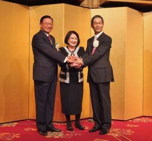 東京之星銀行董事長江丙坤(左)和該銀行行長入江優(右),與已故中信金董事長遺孀林瑞慧(中),一起握手祝賀台日金融史上的里程碑