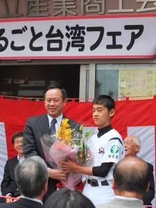 駐日代表處副代表徐瑞湖(左)出席杉並區「台灣市集」活動剪綵儀式,接受棒球選手代表阿部大毅贈花