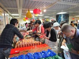 許多民眾一早便到現場搶購台灣食品