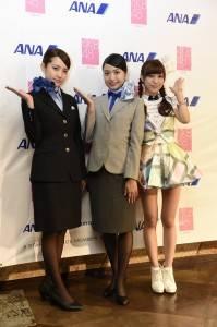 AKB48成員北原里英(中)、加藤玲奈(左)身穿ANA新舊空姐制服登場和小嶋菜月(右)一起到台灣和粉絲見面