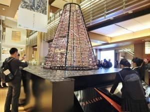館內有高達4公尺的聖誕樹,飾有約1800個聖誕吊飾