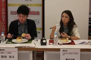 「百箱棺桶焼き」を試食する漫画家の附田祐斗さん(左)と発起人の藤田志穂さん(右)