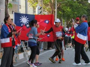 台灣選手見到國旗,便停留下來合影留念