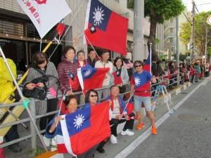 駐那霸辦事處處長蘇啟誠與駐處人員和當地僑民,沿途揮舞國旗為台灣選手加油