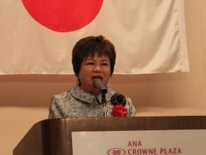 世界華人工商婦女企管協会の施郭鳳珠名誉総会長も新垣社長に対し祝辞を述べた。