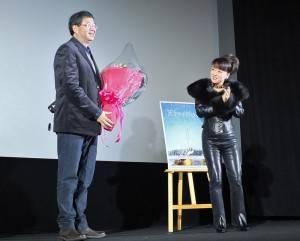 旅日藝人翁倩玉(右)特別獻花給導演齊柏林