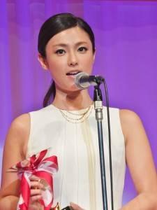 深田恭子繼2001年獲選10歲世代最佳珠寶配戴獎,此次以30歲世代代表再度獲獎