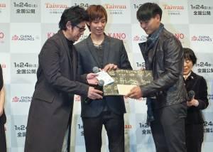 曹佑寧和陳勁宏兩人代表贈送台灣球員小將的卡片和信件給永瀨正敏(右),讓永瀬感動不已