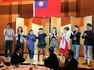 春訪團由葉璦菱(右5)領軍,和眾家歌手同台飆唱,一行人搶先在公演前的歡迎晚宴上小露身手,合場《愛拚才會贏》