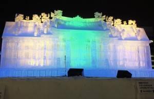 行天宮冰雕夜晚打上燈光,增添不一樣的氣氛
