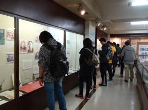 到場民眾細細觀賞館內典藏文物史料