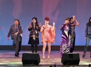 駐日代表夫人林則媛(左2)和亞東親善協會會長大江康弘(左1),上台和歌手們一起共舞