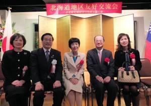 北海道知事高橋晴美(右3)出席交流會,和駐日代表沈斯淳伉儷(右1、2)及駐札幌辦事處處長陳桎宏伉儷(左1、2)在會中互動
