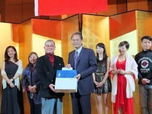 日本中華聯合總會會長毛友次(左)致贈紀念品給春訪團團長張景南(右)