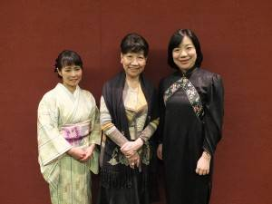 左から朗読家の原きよさん、日本芸術歌曲研究会の辛永秀代表、辛代表の娘の鍋島亜朱華さん