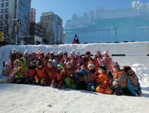 幼稚園的小朋友們擠在行天宮冰雕前合影