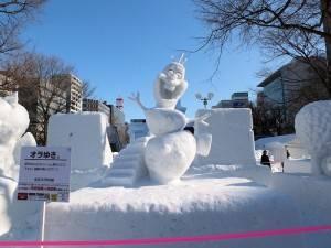 電影《冰雪奇緣》中的雪寶在雪祭中也很有人氣