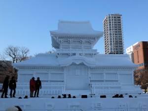 接近實際比例的春日大社‧中門雪雕使用約2000頓雪製作
