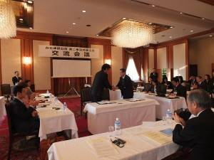 台北律師公会の黄理事長(右)と第二東京弁護士会の山田秀雄会長(左)は固い握手を交わした