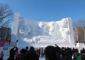 卡通《海螺小姐》雪雕前吸引許多遊客駐足