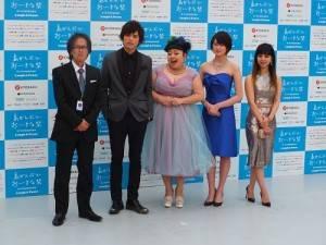 台日混血搞笑藝人渡邊直美(右3)和山本裕典(左2)為自己演出的作品,出席電影節活動
