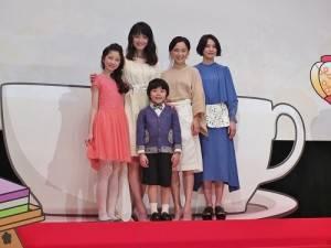 電影映後會活動上,由永作博美(後排右2)、佐佐木希(後排左1)和臼田麻美(後排右1),與片中的小童星一起登台,向影迷致意