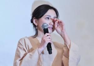 聽到導演姜秀瓊特別留給演員們的訊息,永作博美感動得頻拭淚