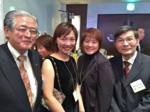 駐那霸辦事處處長蘇啟誠(右1)與台灣高爾夫球選手盧曉晴(左2)和魏筠潔(右2)加油打氣