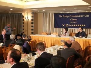 講演会後は、各国の特派員から次々に質問が飛び交った