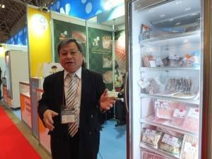 台湾産海産物について話す允偉興業股份有限公司の蔡俊雄会長