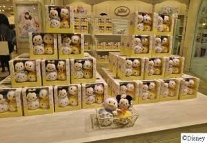原宿ALTA的迪士尼專賣店於開幕期間,限量推出限定版的TSUM TSUM玩偶組合,玩偶畫有眼睫毛之外還穿上衣服,呼應原宿女孩的風格