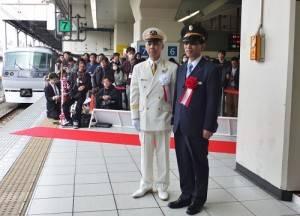 台鐵餐旅服務總所總經理黃振照(左)特別向西武鐵道池袋車站管區長土屋敏行道賀