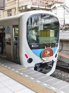 臨時電車的車頭掛有紀念開業百周年的招牌