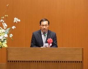 橫濱中華學院校長馮彥國致詞歡迎新生加入該校