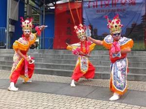 100人以上のパフォーマーあ台湾から来日し民族演芸を披露した