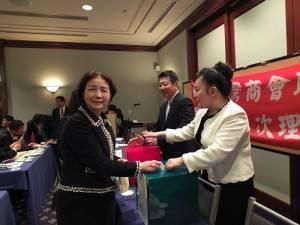 和王明裕一起角逐總會長一職的琉球台灣商工協會前任會長新垣旬子,投下神聖的一票