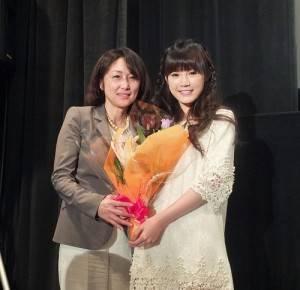 十勝地區出身的日本眾議院議員中川郁子(左)特別出席微電影試映會,並獻花給吳心緹