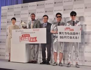軟體銀行社長宮內謙(右3)在記者發佈會上發表軟銀的新機種與新服務