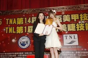 南明奈(右)特別前往台灣領取證書,她也是台灣指甲彩繪美容職業公會首度選出日籍的美甲親善大使