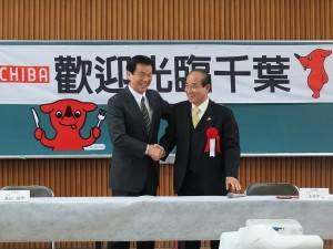 握手を交わす森田健作千葉県知事(左)と立法院の王金平院長(右)